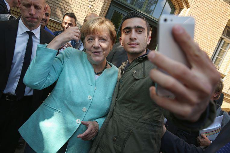 Duits bondskanslier Angela Merkel neemt een selfie met een vluchteling. Beeld GETTY