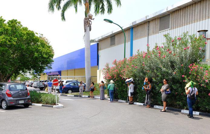 Rijen bij de supermarkt op Curaçao tijdens de coronapandemie. Foto ter illustratie.