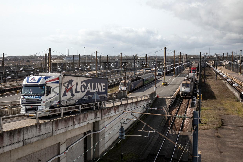 Vrachtwagens verlaten de trein die door de Kanaaltunnel rijdt. Beeld Getty Images