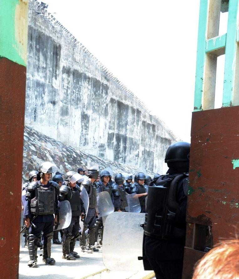 Politieagenten staan op wacht vóór de gevangenis in Acapulco, tijdens de operatie 'Guerrero Seguro'. Beeld epa