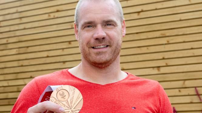 Een versierd huis, een bronzen medaille en een bezoek aan de koning vormen de beloning voor kneiterhard werken
