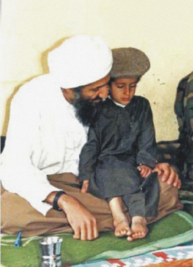 Hamza bin Laden op vaders schoot. Beeld Photo News