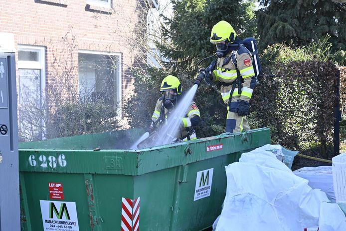 De brand wordt geblust in de bouwcontainer in Malden.
