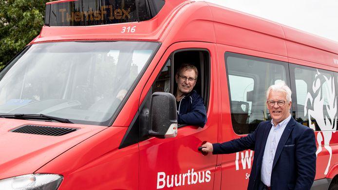 Theo Hagedoorn (R) van de buurtbus vertelt dat de bus weer volop gaat rijden. Vrijwilligers kunnen zich nog aanmelden. Anton Schooten (L) is één van hen.