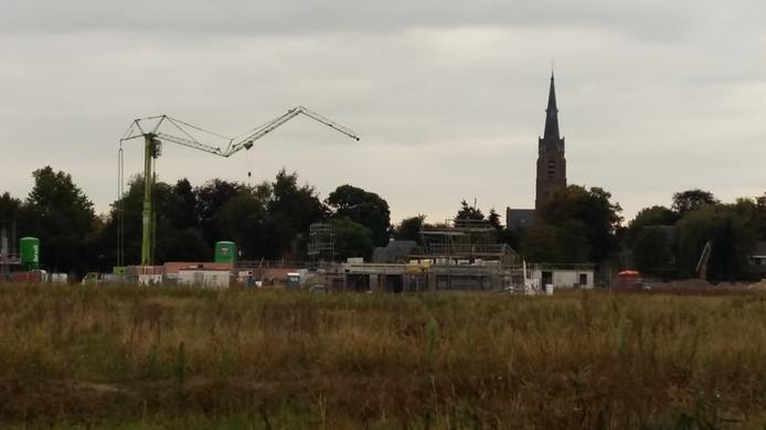 Op De Grassen in Vlijmen is een groep van ruim twintig zogeheten zelfbouwers al bezig met de bouw van hun huis.