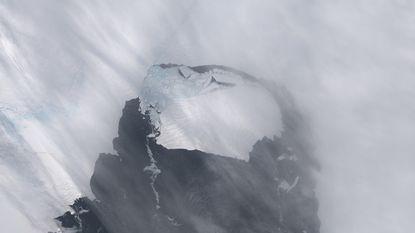 Kolossale ijsschots drijft van Antarctica naar oceaan
