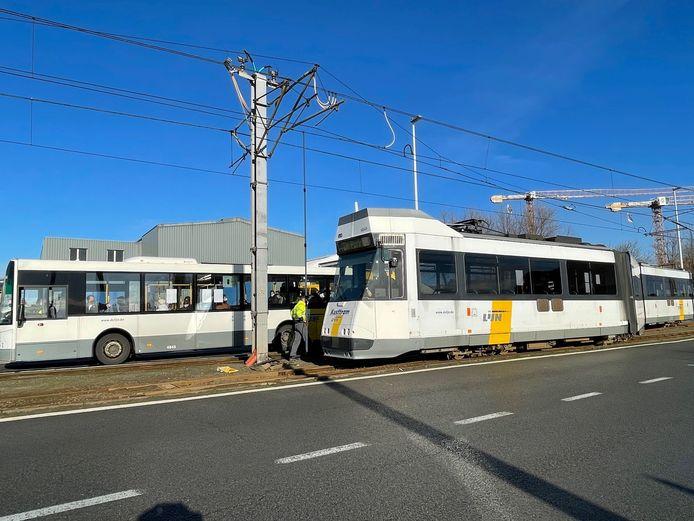 De ontspoorde tram in Zeebrugge.