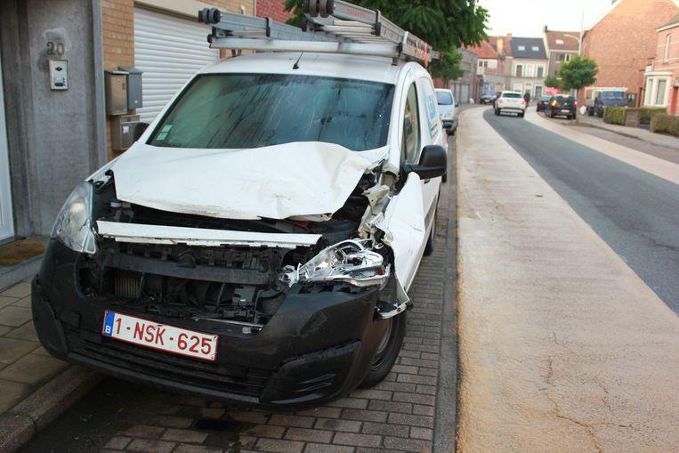 De bestelwagen is onherstelbaar beschadigd door het ongeval.