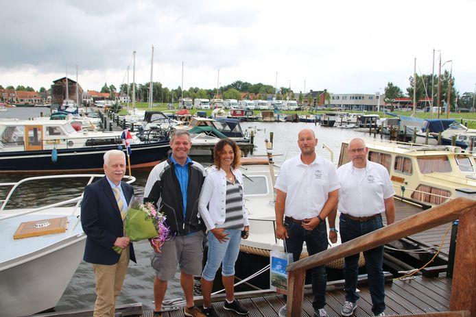 Wethouder Henk Wessel (links), samen met de havenmeesters Henk Kroes en Gerrit Leusink en de 5000e passanten André en Nicole Soullié.