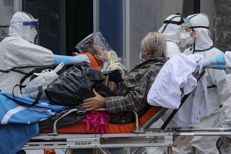 Zieken worden naar het Cardarelli-ziekenhuis gebracht. Beeld Photo News