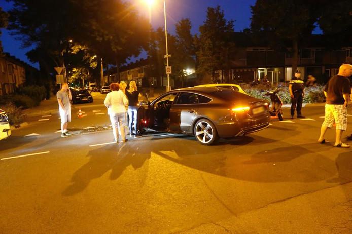 Twee auto's botsten op elkaar op het kruispunt