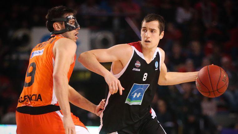 Anthony Lambot (rechts) houdt Sam Van Rossom (Valencia) af tijdens de partij van vorige week. Beeld BELGA