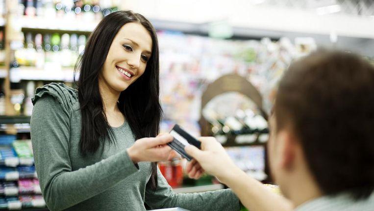 In het buitenland betaalt u maar best met de juiste kaart. Beeld Shutterstock