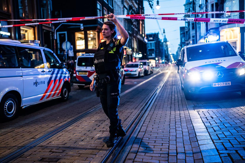 Een politieagent bewaakt de plek waar misdaadverslaggever Peter R. de Vries dinsdagavond zwaargewond is geraakt bij een aanslag. Beeld Joris van Gennip