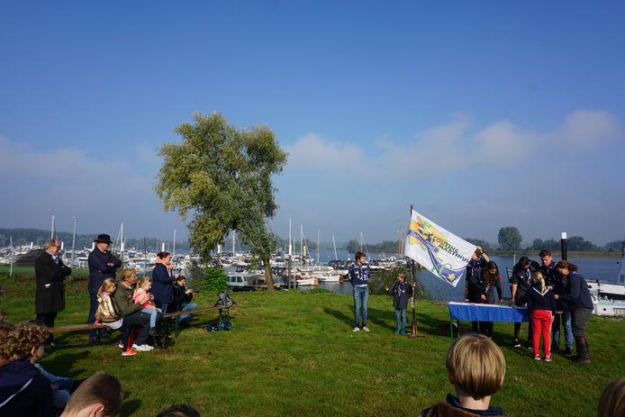 De installatieceremonie van de Dolfijnen, waterscouts op De Zandmeren.