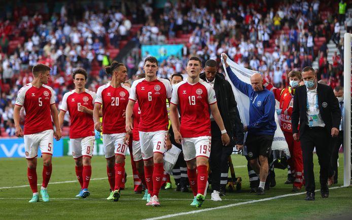 De Deense spelers schermen de camera's af op het moment dat Eriksen wordt afgevoerd.
