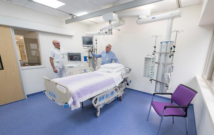 Bert Bartelink en Sjaak Hulshof  ( met doktersjas ) in de nieuwe IC van streekziekenhuis Koningin Beatrix in Winterswijk in 2017.