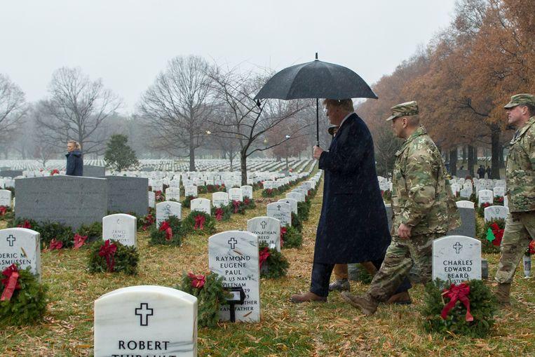 Donald Trump bezoekt de begraafplaats in Arlington .  Beeld EPA