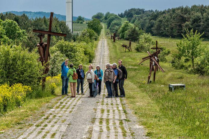 Toeristen op de voormalige grens tussen Oost- en West-Duitsland.
