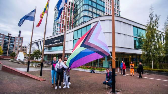 Coming Out Week in Almelo afgetrapt met regenboogvlag bij gemeentehuis