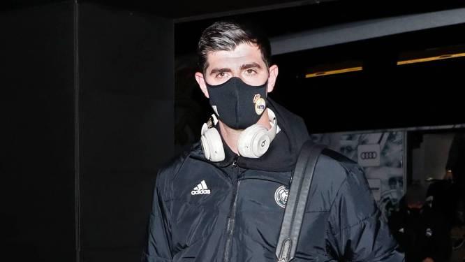 """Hazard en Courtois ruim drie uur vast in vliegtuig: """"We zitten hier als hamsters op elkaar gepakt"""", duel van Atlético afgelast"""