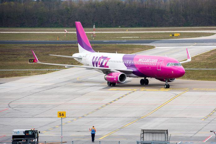 Wizz Air-vlucht landt op Eindhoven Airport.