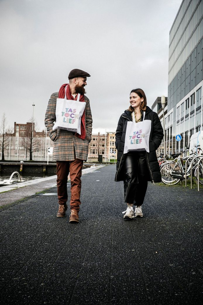 Ondernemer Robin Achterkamp (links) en compagnon Larissa Bellissima met de goedgevulde Tas toch lief om hun nek.