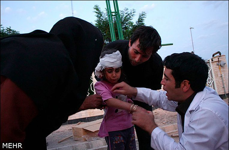 A doctor looks at wounds on an earthquake victim in this undated handout photo taken in an undisclosed location in northwest Iran. Two powerful earthquakes killed 250 people and injured around 1,800 in northwest Iran, where rescue workers frantically combed the rubble of dozens of villages throughout the night and into Sunday as medical staff desperately tried to save lives. REUTERS/Hamed Nazari/Mehr News Agency (IRAN - Tags: DISASTER) FOR EDITORIAL USE ONLY. NOT FOR SALE FOR MARKETING OR ADVERTISING CAMPAIGNS. THIS IMAGE HAS BEEN SUPPLIED BY A THIRD PARTY. IT IS DISTRIBUTED, EXACTLY AS RECEIVED BY REUTERS, AS A SERVICE TO CLIENTS Beeld REUTERS