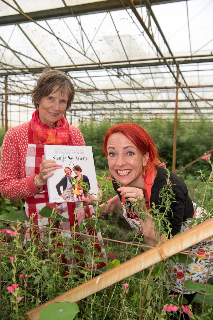 Moeder Sientje en dochter Arlette Swartjes presenteren maandag hun kookboek bomvol keukengeheimen en recepten.