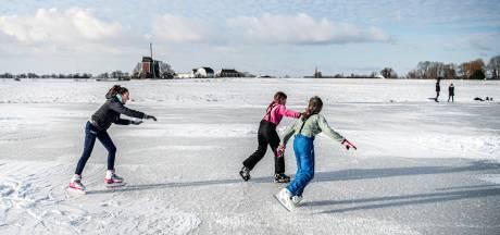 Hobbelijs of niet, de jeugd kan al schaatsen in Alphen