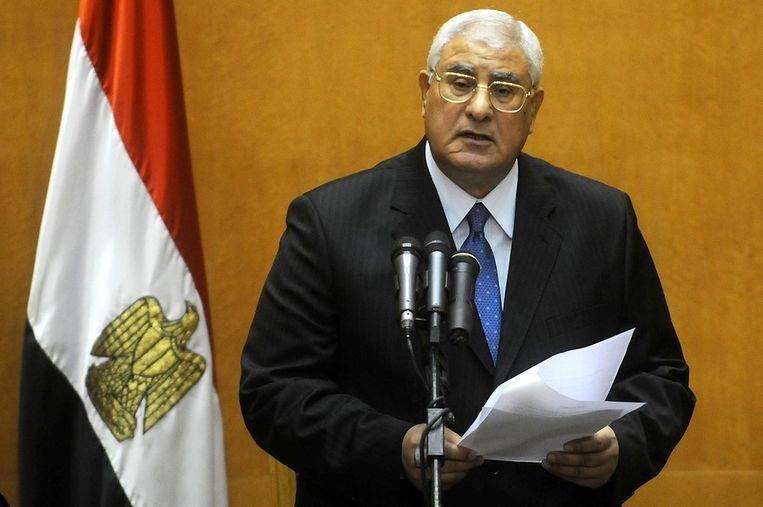 Mansour legt de eed af tot interim-president. Beeld ANP