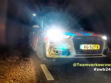 Politie ramt rijdende auto van verdachte inbrekers in Tilburg