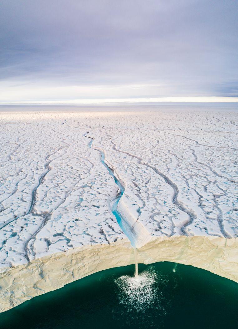 De Bråsvellbreen-gletsjer verplaatst zich zuidwaarts vanaf een van de ijskappen die de Spitsbergen-archipel in Noorwegen vormen. Bij zee is de gletsjermuur zo hoog dat er watervallen ontstaan. Beeld Audun Lie Dahl