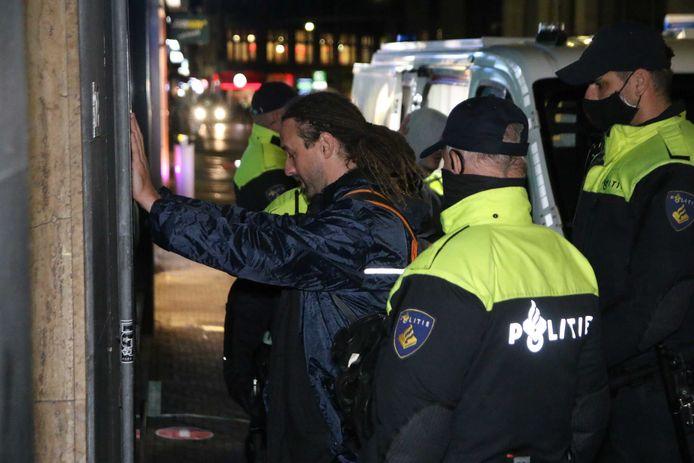 Willem Engel van actiegroep Viruswaarheid wordt tijdens een onaangekondigd protest op 10 oktober 2020 op het Plein in Den Haag aangehouden. De politie heeft de demonstratie beëindigd.