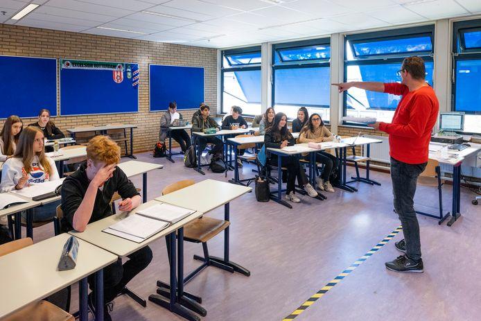 Les in coronatijd op het Ashram College in Alphen.  Door corona is de schooluitval in Alphen toegenomen. Door digitaal les is er bovendien sprake van onherkenbaar verzuim.