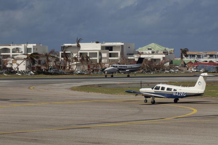 Vliegtuigen staan klaar om te vertrekken vanaf vliegveld in Cole Bay op Sint Maarten.