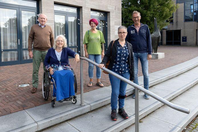 Het Gehandicapten Platform Best overlegt over Week van de Toegankelijkheid. Frans Robers, Marijke Smits, Anita van Hoof, Greetje Suetens en Piet Schrijver (vlnr) willen extra aandacht voor mensen met een beperking en de obstakels die zij dagelijks tegenkomen.