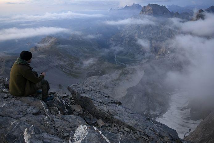 Een man geniet van het uitzicht op de Glacier des Martinets, een gletsjer in Zwitserland.