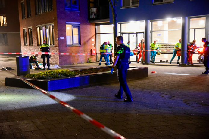 Bij een schietpartij aan de Laantjesweg in Rotterdam-Zuid is maandagavond een 57-jarige man zonder vaste woon- of verblijfplaats overleden.