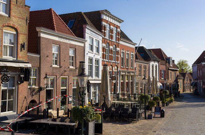 Corona-stilte in Heusden, op een normale prachtige lentezaterdag zouden de terrassen aan de Vismarkt vol zitten.