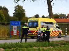 Motorrijder loopt botbreuk op bij botsing met paaltje in Dreischor