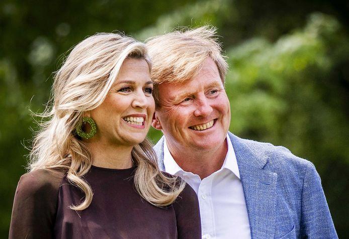Koning Willem-Alexander en koningin Máxima tijdens de jaarlijkse koninklijke fotosessie in de tuin van Paleis Huis ten Bosch.