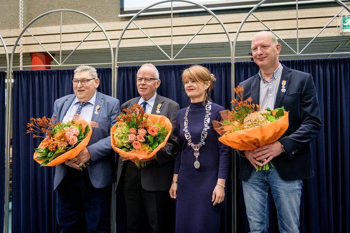 Burgemeester mevrouw Cia Kroon reikte zaterdag de lintjes uit aan (vanaf links) Bennie Nijhof, Andries Kuperus en Jack Scholtens .