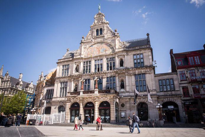 Restaurant De Foyer bevindt zich op de eerste verdieping van stadstheater NTGent op het Sint-Baafsplein.