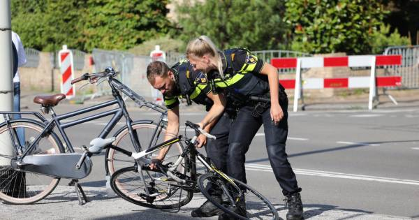 Wielrenfiets breekt in tweeën na botsing in Apeldoorn: slachtoffer naar ziekenhuis.