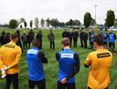 President Steven Zhang sprak vrijdagmiddag de selectie van Internazionale toe op het trainingsveld. Links van hem (met petje) trainer Antonio Conte.
