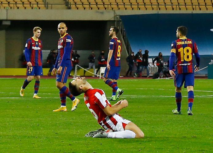 FC Barelona treurt als Yeray na het laatste fluitsignaal uit zijn dak gaat. Links Frenkie de Jong.