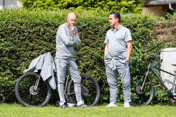 Erik ten Hag en Marc Overmars op het trainingskamp van Ajax in Oostenrijk.