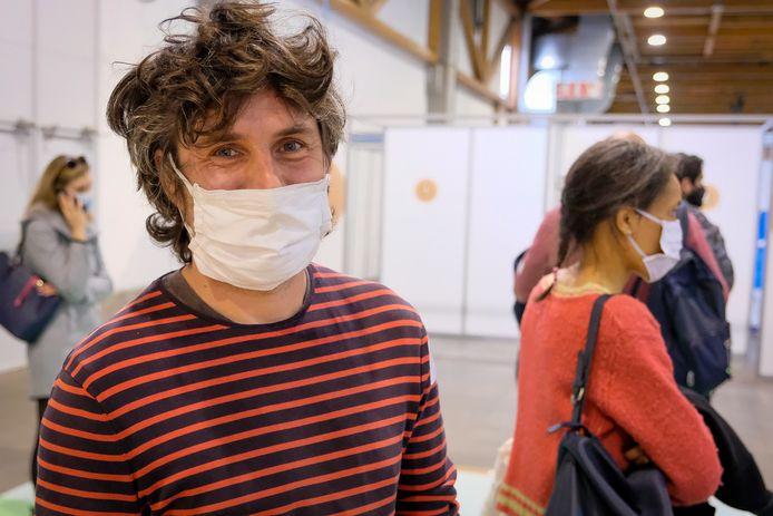 Fedasil-medewerker Pieter (41) uit Jette belde het callcenter rond kwart voor drie op en stond een halfuur later op enkele meters van zijn vaccin.