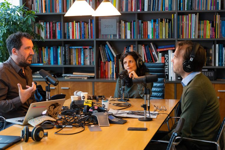 Gijs Groenteman (links), Sheila Sitalsing (midden) en Pieter Klok (rechts) tijdens de podcastopname.  Beeld Ines Vansteenkiste-Muylle